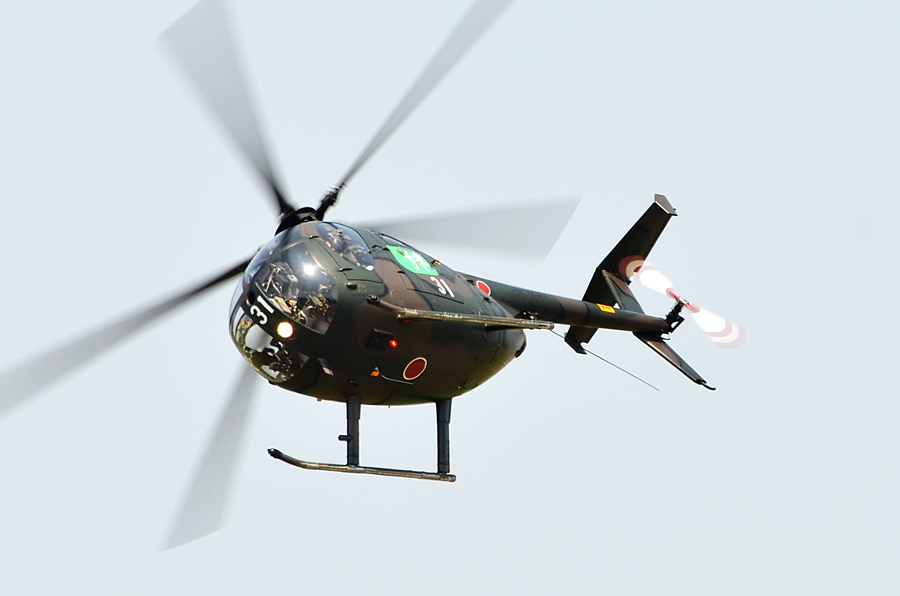 迫力の飛行を見せるスカイホーネットのOH-6D