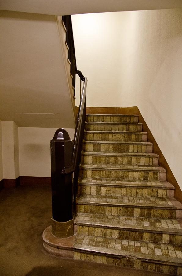 エレベータ脇の階段室