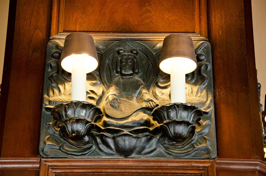 弁天の彫刻が施された照明