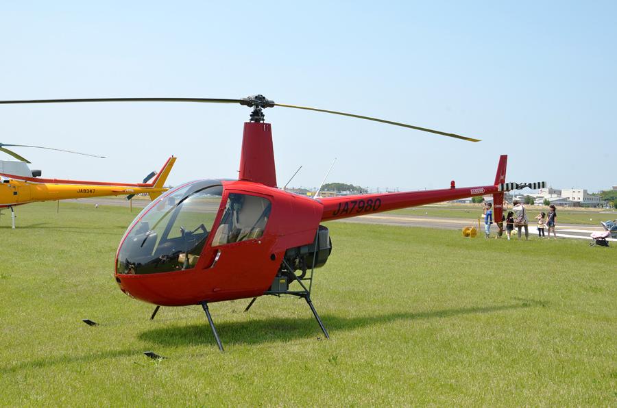 真っ赤な機体が印象的なロビンソンR22(JA7980)