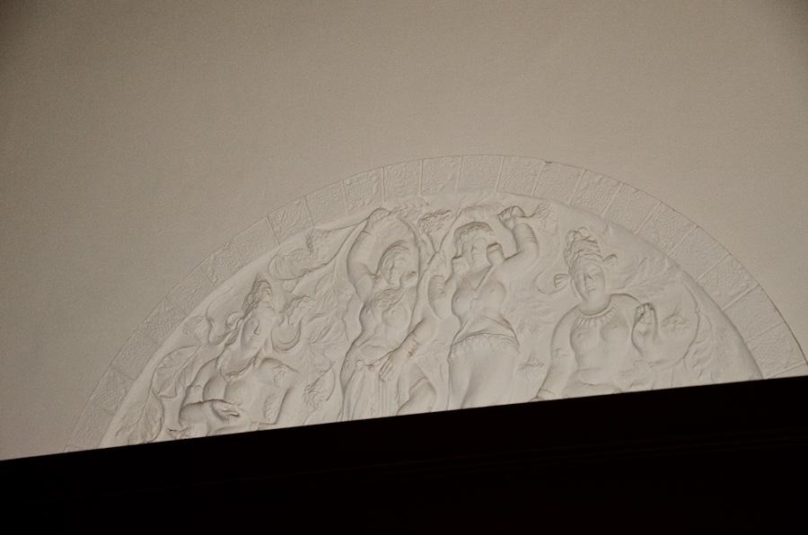 壁にはインド風の漆喰細工