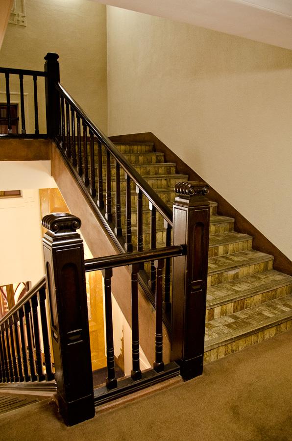 客室階とロビーをつなぐ階段