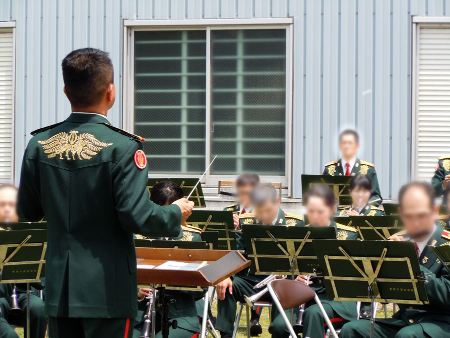 駐屯地開設記念行事で野外コンサートを行う陸上自衛隊東部方面音楽隊