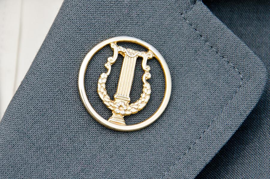 竪琴がデザインされた音楽科の徽章