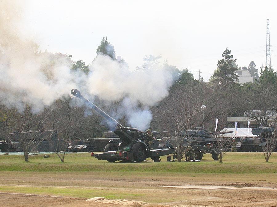 155mmりゅう弾砲FH70の空砲射撃