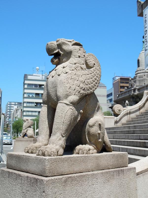本堂正面は有翼のライオンが守っている