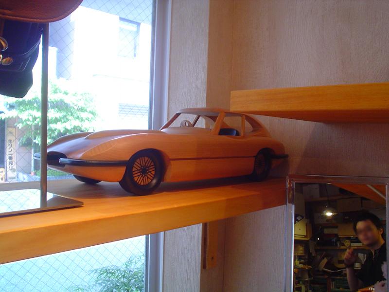 木彫りのスポーツカー