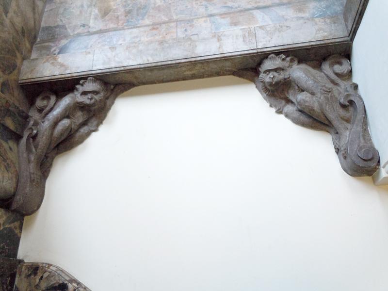 壁に張り付いている猿