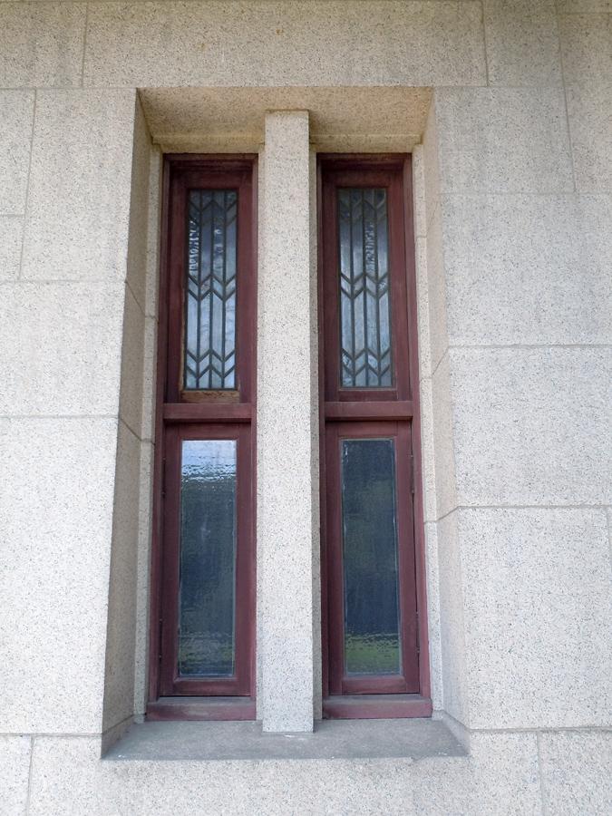 正面にある窓