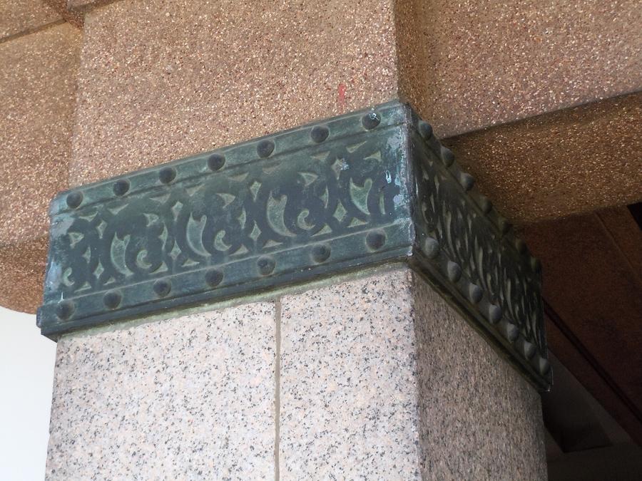 柱上部にはリズム感のある唐草模様