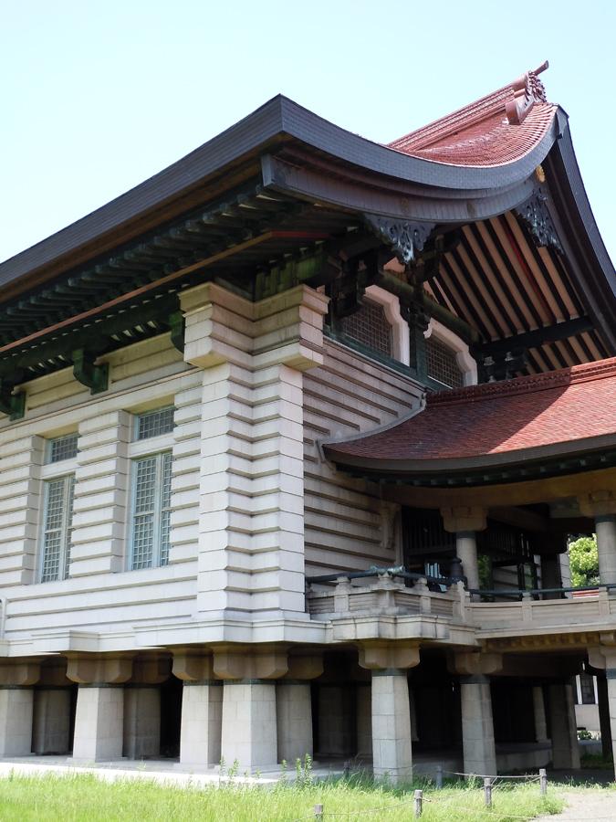 校倉造のデザインが特徴的。上部には通気口