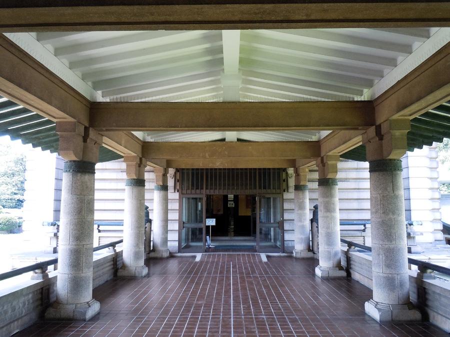 展示館に向かう渡り廊下