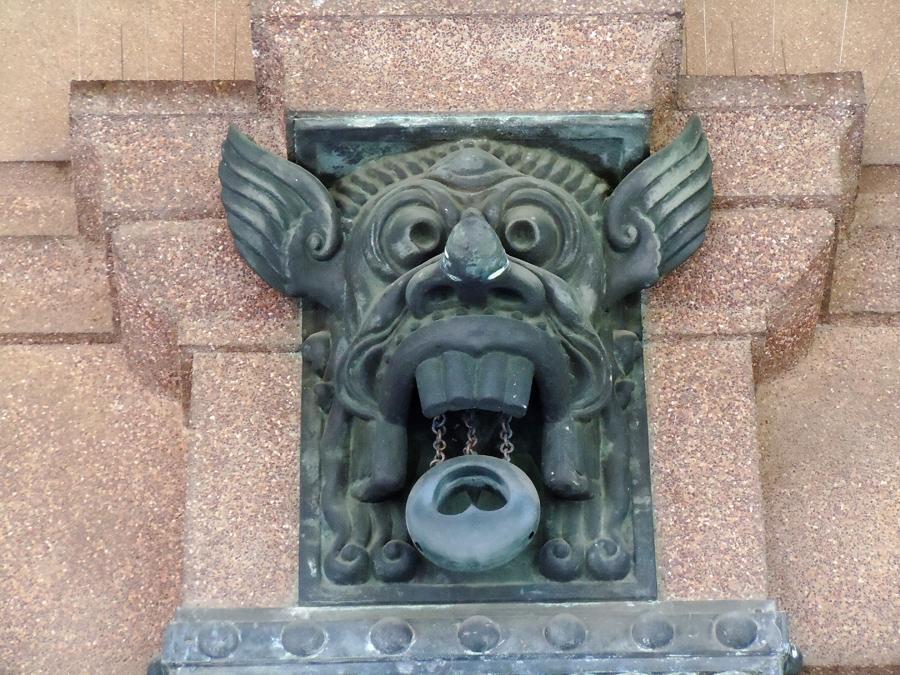 南の島を思わせる神楽面の装飾