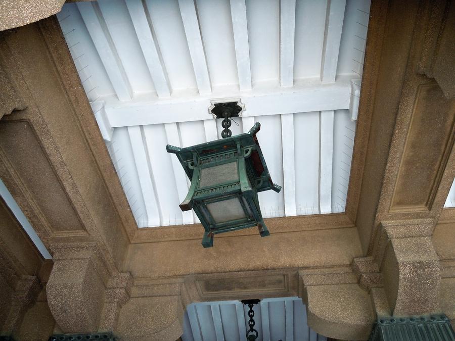 上から吊り下げられた置灯籠型の照明。側面は鳥居にも見える
