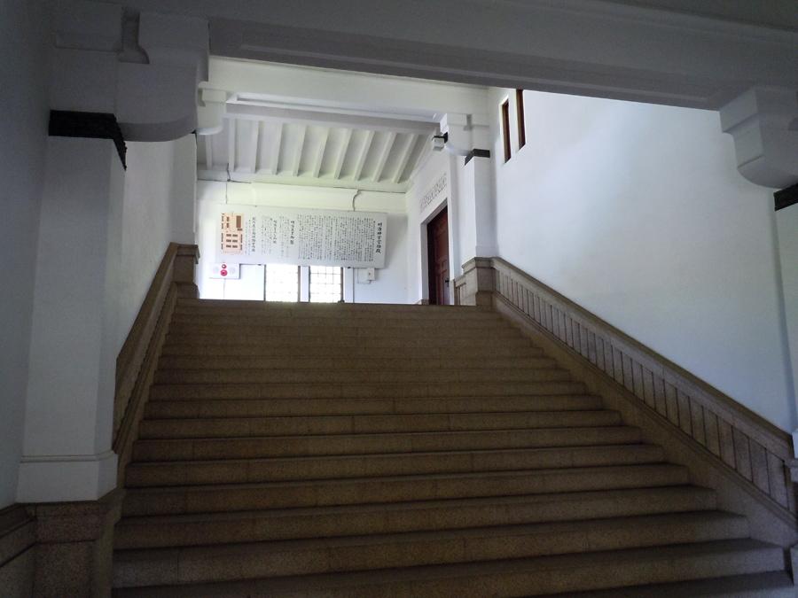 奥の階段が入り口