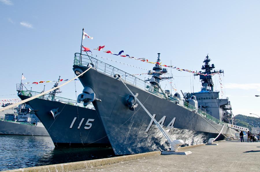 横須賀・吉倉地区の護衛艦くらま(DDH-144・右)と護衛艦あきづき(DD-115・左)