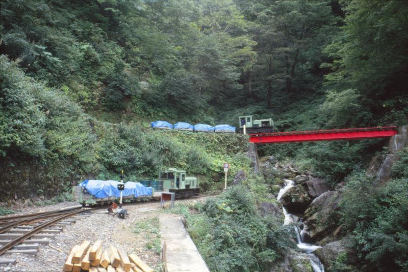 赤い鉄橋と列車