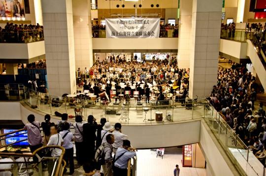 クイーンズスクエア横浜で開催された音楽隊のコンサートは盛況