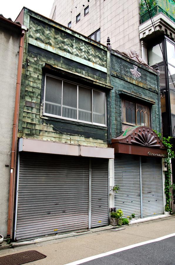 棟続きの銅板葺き建築