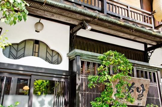 窓枠の意匠はモダンな昭和風