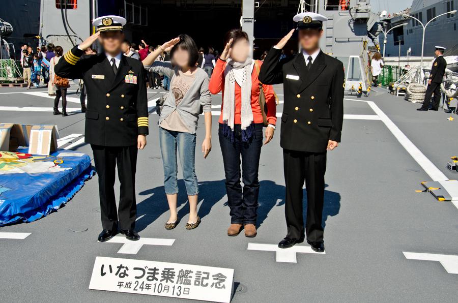 艦上での記念写真。左端は護衛隊司令