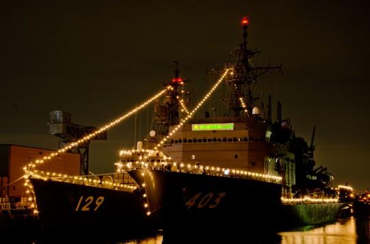 横浜新港での護衛艦やまゆき(DD-129・左)と潜水艦救難艦ちはや(ASR-403)