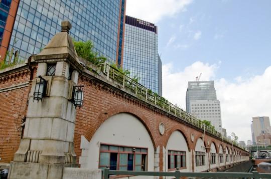 明治のレンガ造高架橋と震災復興橋である万世橋