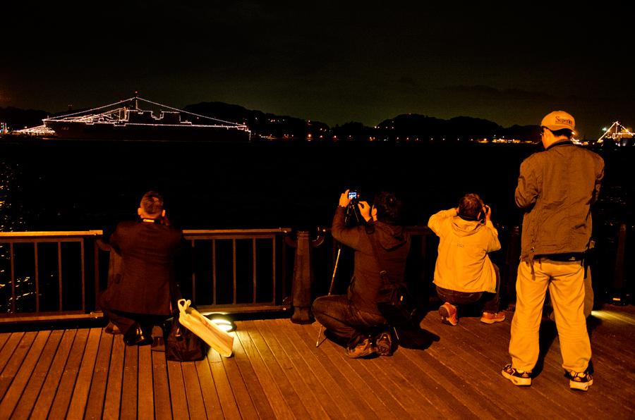 ヴェルニー公園では電灯艦飾の撮影をする人の姿も