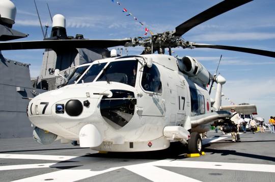 いせ艦上のSH-60K。ヘルファイアの模擬弾も装備して展示