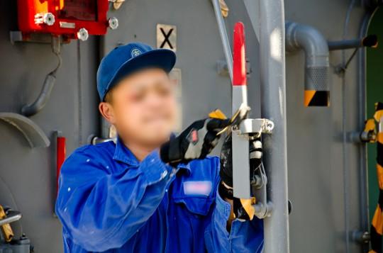 本番に備えて艦の手入れをする護衛艦の乗組員