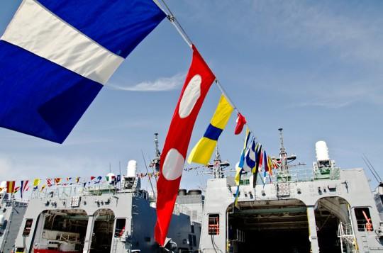 色とりどりの信号旗が艦を飾る