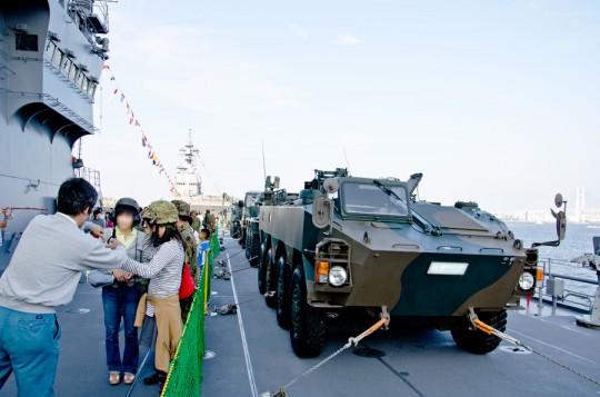 くにさき(LST-4003)艦上に展示される陸上自衛隊の車両
