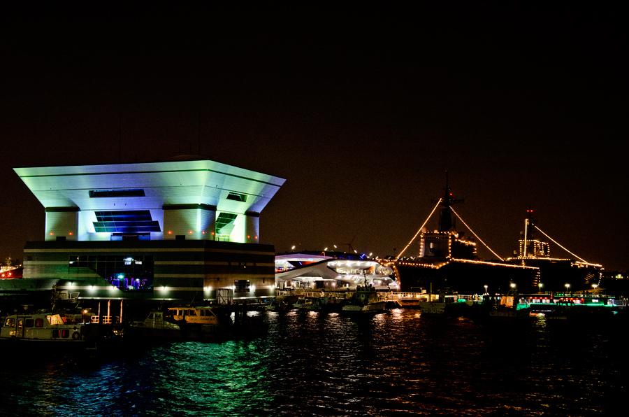 横浜で電灯艦飾を行う輸送艦くにさき(LST-4003・左)と護衛艦ひゅうが(DDH-181・右)
