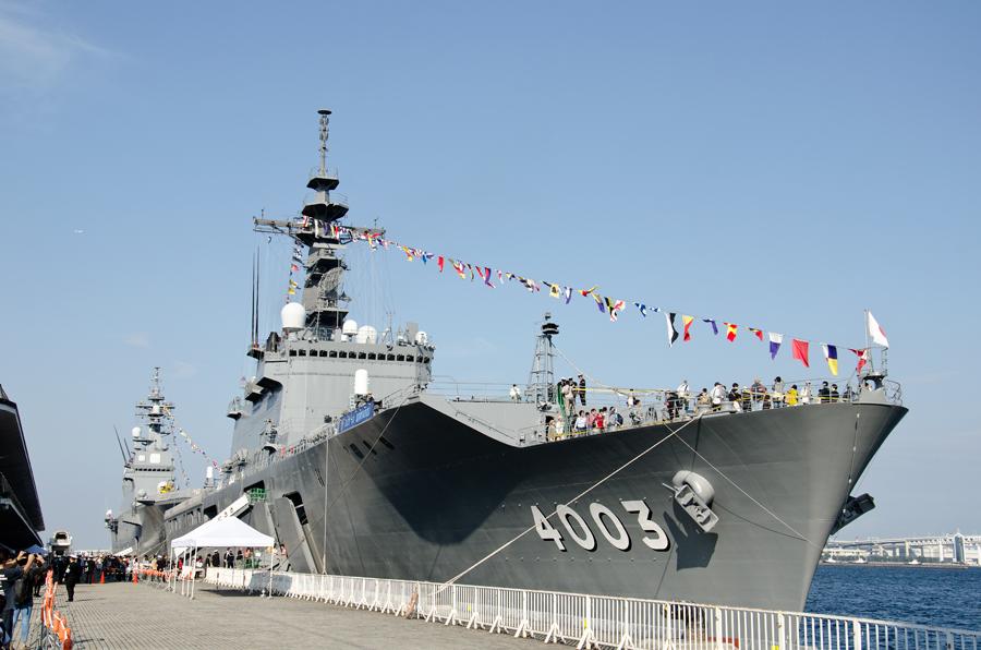 横浜・大さん橋で公開された輸送艦くにさき(LST-4003・前)と護衛艦ひゅうが(DDH-181・後)