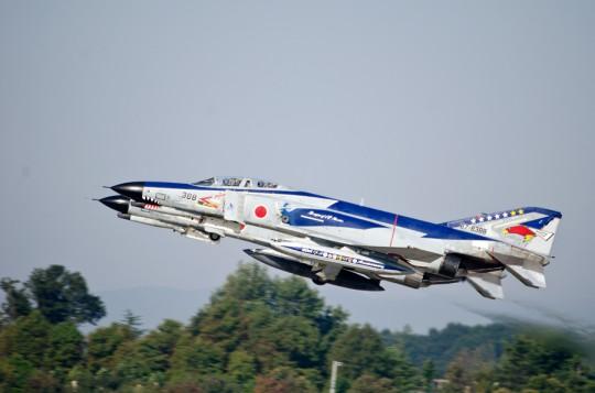 飛行展示に出る特別塗装のF-4EJ改