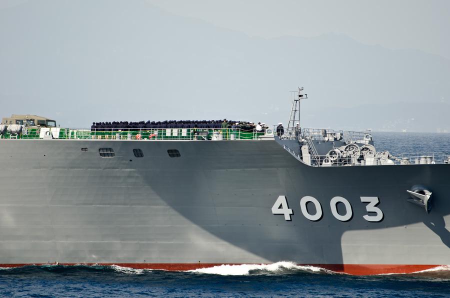 くにさき(LST-4003)では陸上・航空の各自衛隊員も整列して敬礼・11日