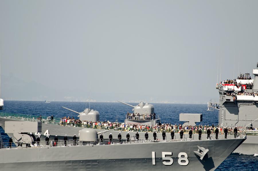 観閲艦くらま(DDH-144)に向かって登舷礼を行ううみぎり(DD-158)・11日