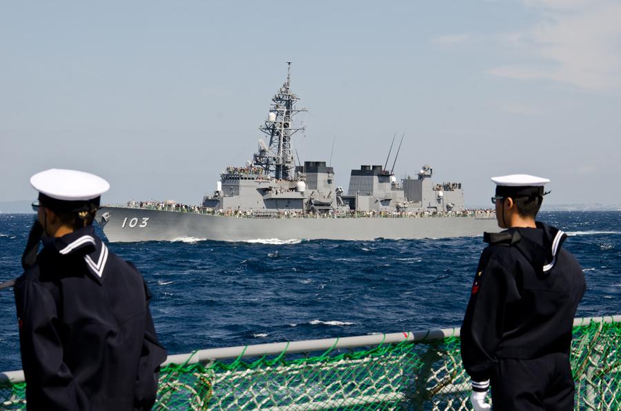 登舷礼で観閲部隊を迎える乗組員・8日