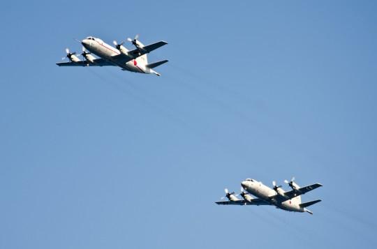 受閲航空部隊指揮官機UP-3Cと随伴機P-3C・11日