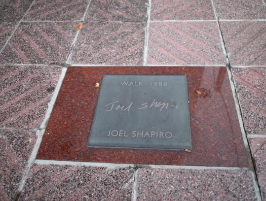 ジョエル・シャピロのサインプレート
