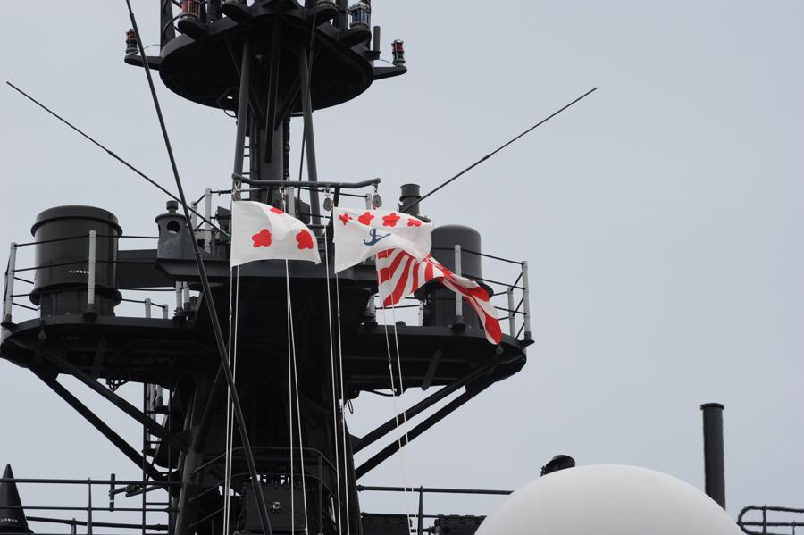 くらまに掲げられた海上幕僚長旗(中)・14日(撮影:海上自衛隊写真員 伊藤1曹)