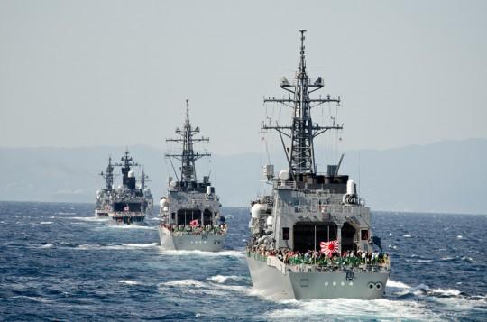 単縦陣を制形するおおなみ(DD-111)ら受閲艦艇部隊・8日