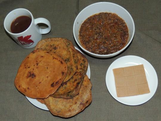 インド軍レーション豆カレーとチャパティ