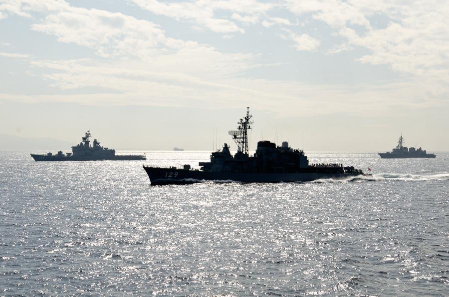 帰路につく護衛艦。左からしらね、やまゆき、たかなみ(11日)