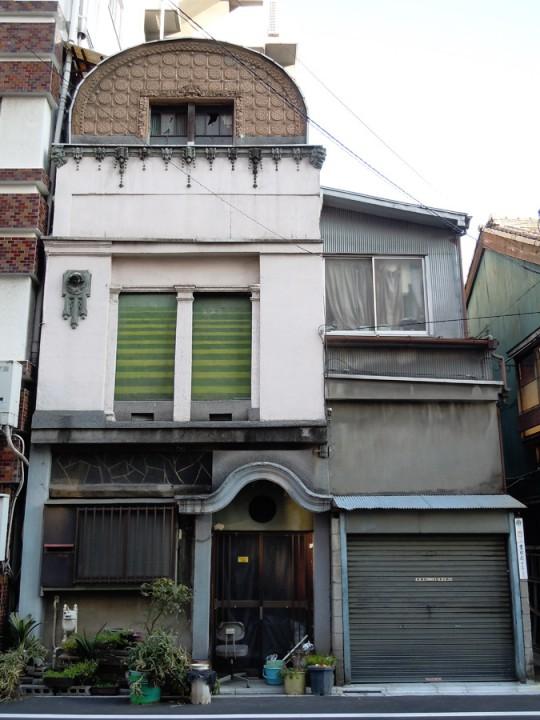 神社前の住宅正面