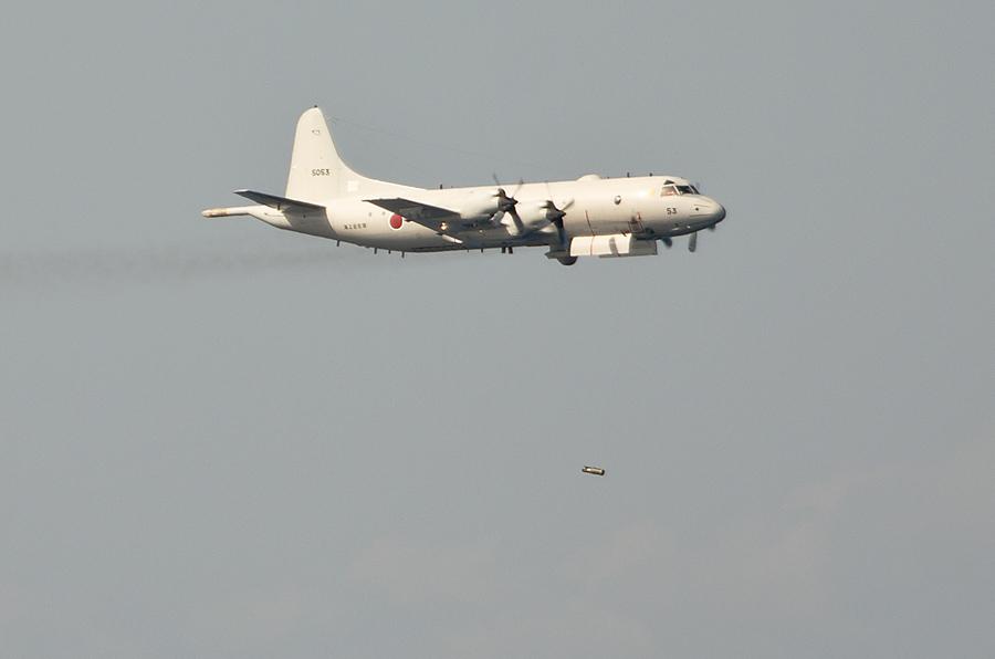 対潜爆弾を投下する第1航空隊のP-3C・5053号機(11日)