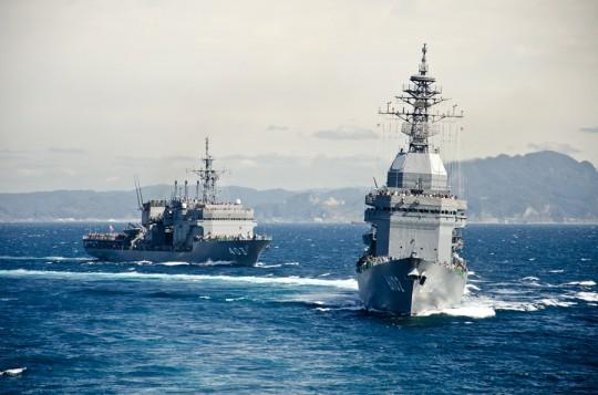 観艦式開始点から5.8海里。180度転針する試験艦あすから観閲付属部隊(11日)