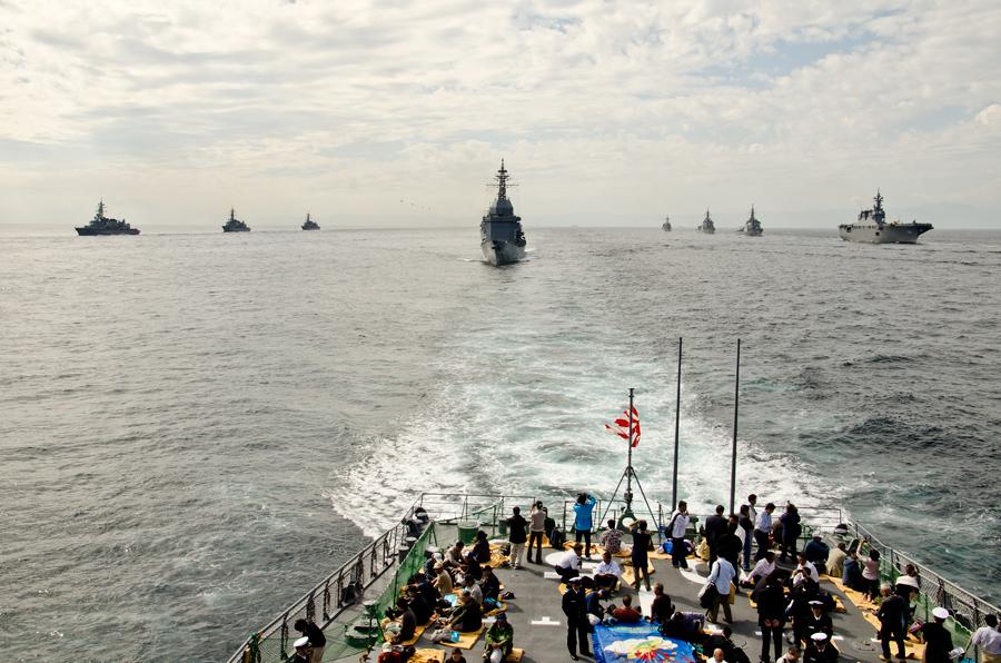 整然と並ぶ観艦式参加艦艇(11日)