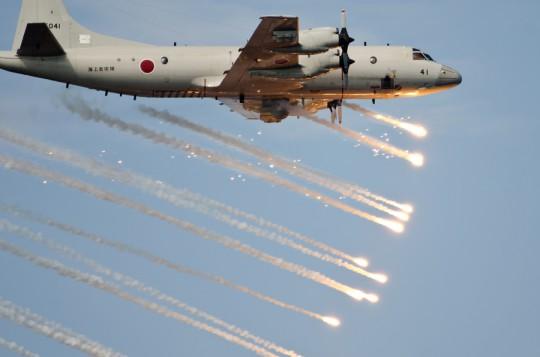 第3航空隊のP-3CによるIRフレア発射(11日)