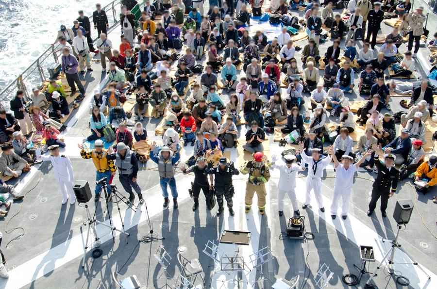様々な制服のファッションショー(11日)